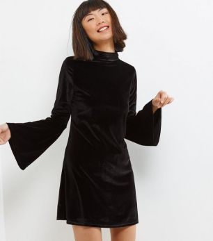 http://www.newlook.com/fr/femme/vetements/robes/blue-vanilla-black-velvet-bell-sleeve-swing-dress/p/512804301