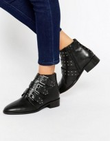 http://www.asos.fr/asos/asos-ashleigh-bottines-en-cuir-cloutees/prd/7155688?iid=7155688&clr=Noir&SearchQuery=bottines%20cloutées&pgesize=32&pge=0&totalstyles=32&gridsize=3&gridrow=1&gridcolumn=3